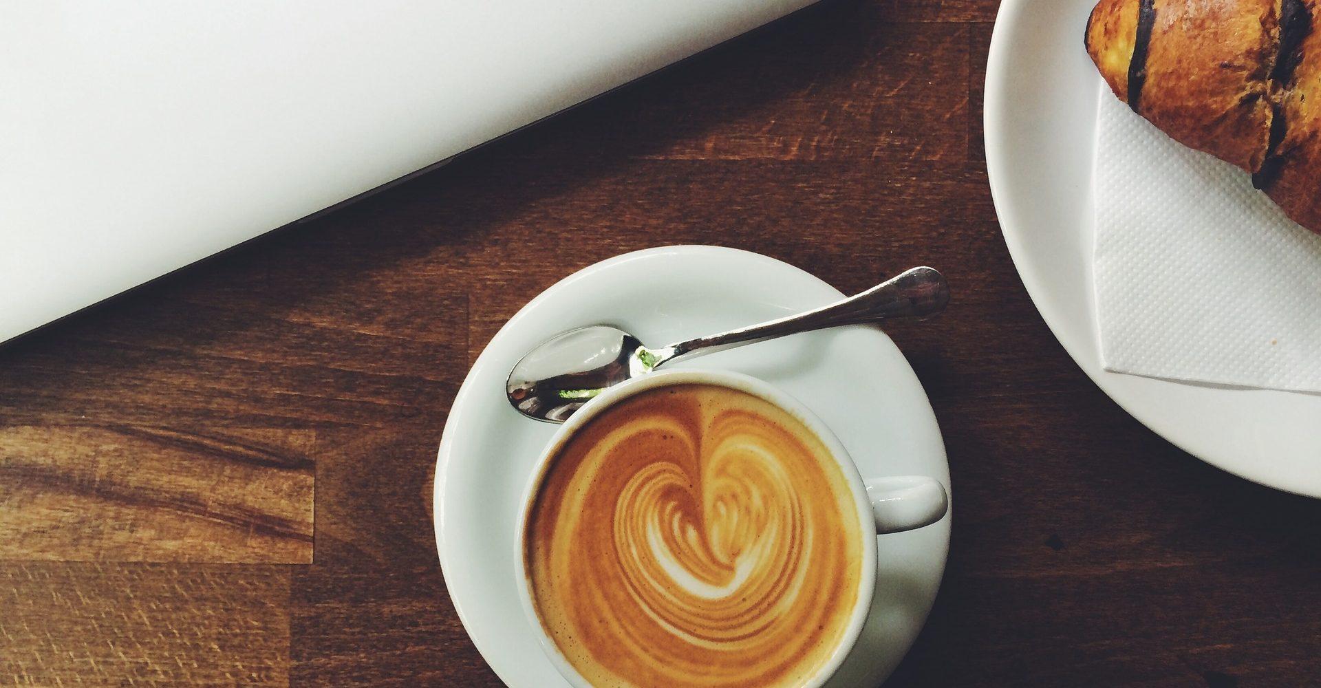 café ordi travailleur croissant